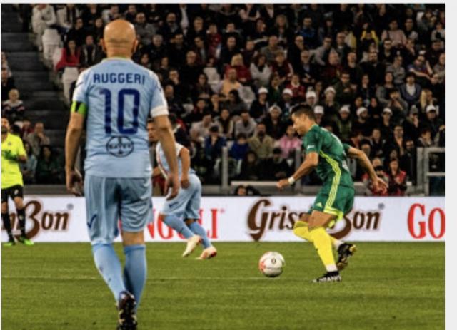 """Enrico Ruggeri """"osserva"""" Cristiano Ronaldo in azione"""